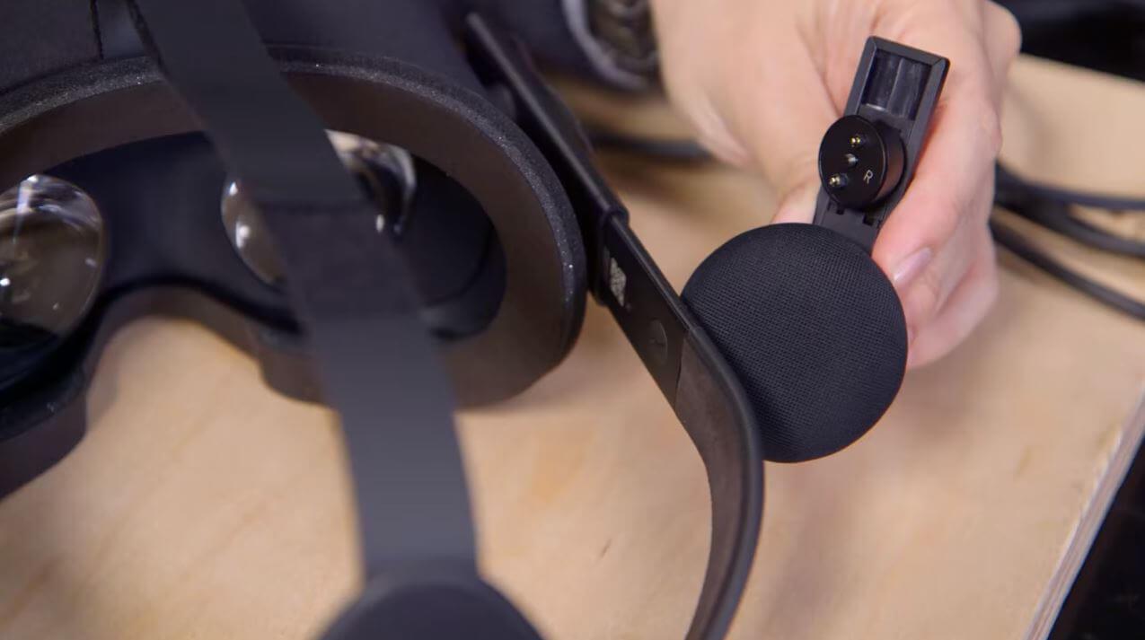 htc vive vs Oculus Rift headphones
